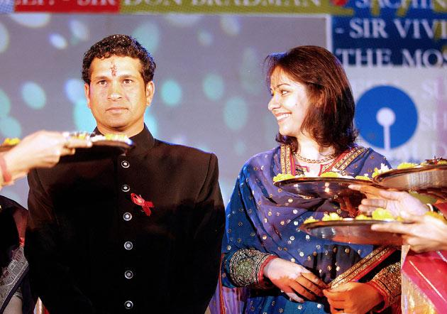 Indian cricketer Sachin Tendulkar (L) and wife Anjali (R) are given a traditional welcome at a ceremony held in his honour by the Marathi Journalists Association in Mumbai, 23 March 2006. The function was attended by Marathi language journalists and close friends of Tendulkar's family.  AFPHOTO/Sebastian D'SOUZA