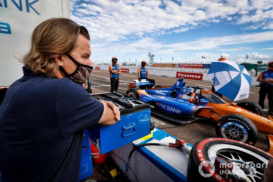 "El director Stefan Johansson mira a su protegido Scott Dixon, Chip Ganassi Racing Honda<span class=""copyright"">Michael L. Levitt LAT Photo USA</span>"