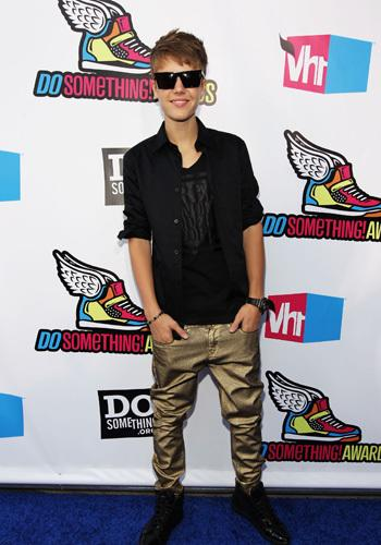 <p>J-Biebs! What's with the gold pants? We're not so keen on this rich teens look at the 2011 VH1 Do Something Awards...</p>