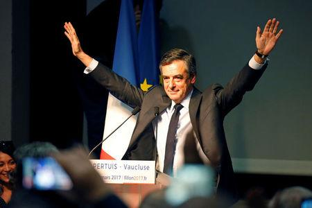 Francois Fillon, former French prime minister, member of the Republicans political party and 2017 presidential election candidate of the French centre-right, waves at supporters during a campaign rally in Pertuis, France, March 15, 2017.  REUTERS/Charles Platiau