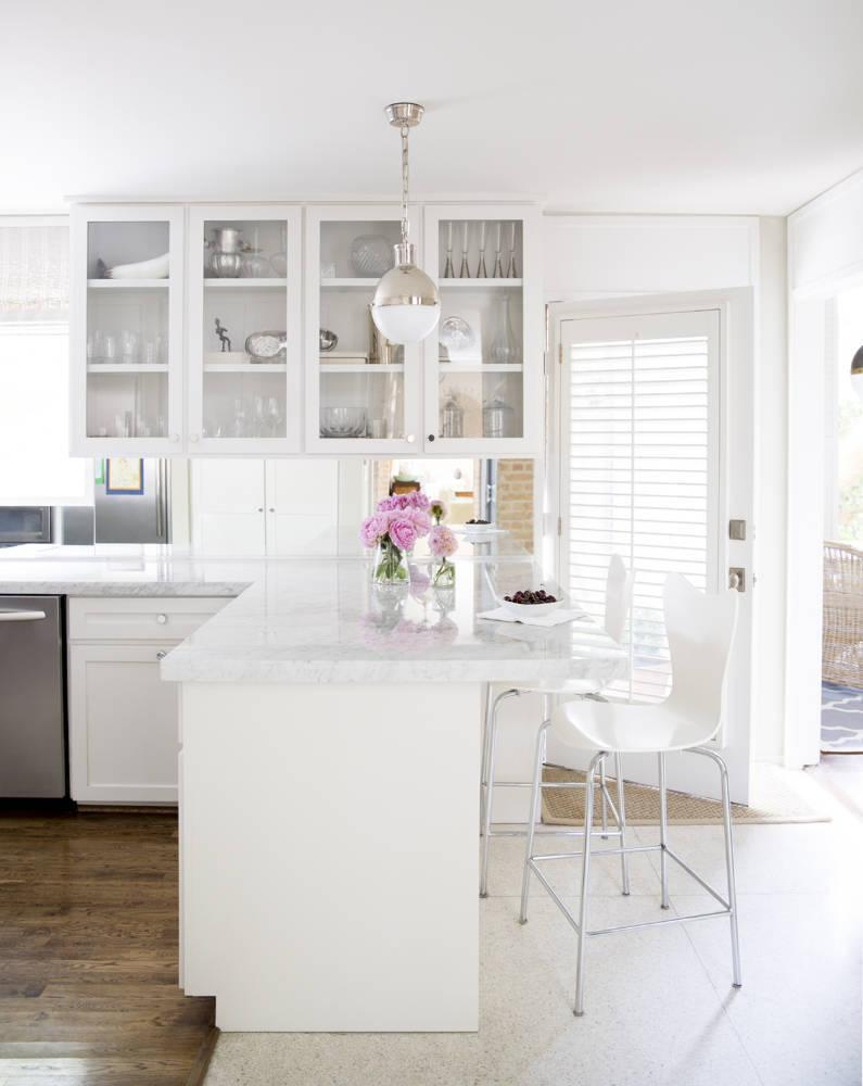 """<div class=""""caption-credit"""">Photo by: domino</div>KRISTEN NIX'S KITCHEN via <a rel=""""nofollow noopener"""" href=""""http://bit.ly/1fmGdRZ"""" target=""""_blank"""" data-ylk=""""slk:domino"""" class=""""link rapid-noclick-resp"""">domino</a> <p> The kitchen's white surfaces create a crisp, streamlines atmosphere. </p>"""