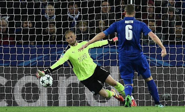 Leicester's 100 percent Champions League record was only preserved thanks to a last-minute save by Kasper Schmeichel (R), who batted away a close-range Andreas Cornelius (unseen) shot (AFP Photo/Oli Scarff)