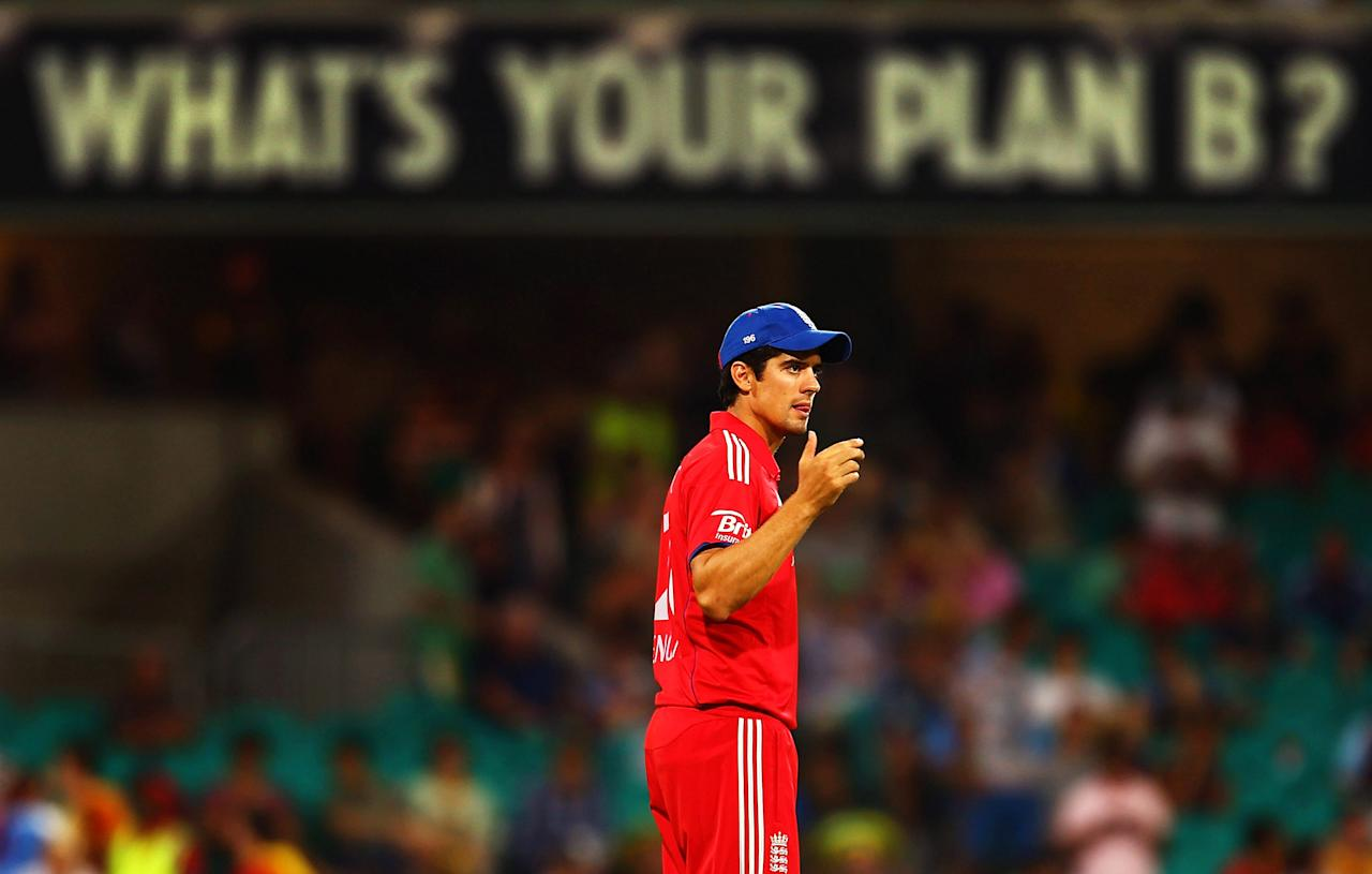 SYDNEY, AUSTRALIA - JANUARY 19: England captain Alastair Cook organises his field placings during game three of the One Day International Series between Australia and England at Sydney Cricket Ground on January 19, 2014 in Sydney, Australia.  (Photo by Mark Nolan/Getty Images)