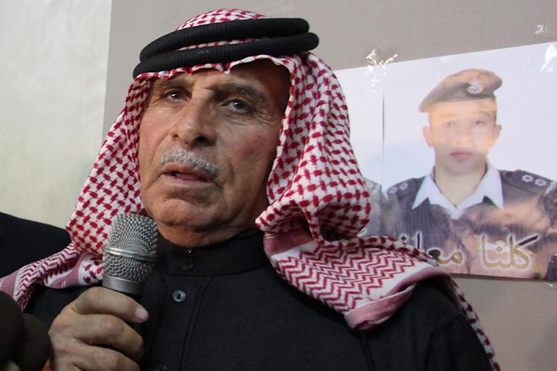 Safi Kassasbeh, the father of Jordanian pilot Maaz al-Kassasbeh, being held by Islamic State, speaks during a press conference in Amman on February 1, 2015 (AFP Photo/Khalil Mazraawi)