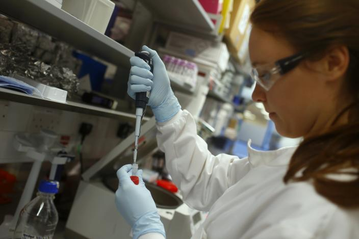 Research assistant Georgina Bowyer works on a vaccine for Ebola at The Jenner Institute in Oxford, southern England January 16, 2015. Photograph taken January 16, 2015. REUTERS/Eddie Keogh (BRITAIN - Tags: SCIENCE TECHNOLOGY HEALTH)