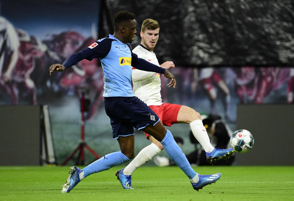 Moenchengladbach's Denis Zakaria, left, and Leipzig's Timo Werner challenge for the ball during the German Bundesliga soccer match between RB Leipzig and Borussia Moenchengladbach in Leipzig, Germany, Saturday, Feb. 1, 2020. (AP Photo/Jens Meyer)