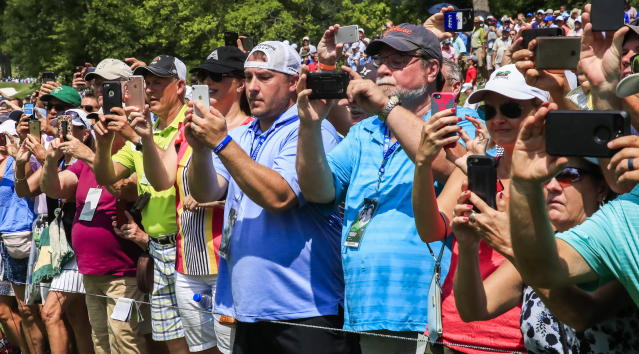 "Fans photograph <a class=""link rapid-noclick-resp"" href=""/pga/players/147/"" data-ylk=""slk:Tiger Woods"">Tiger Woods</a> during the 100th PGA Championship golf tournament at Bellerive Country Club in St. Louis, Missouri. (EFE)"