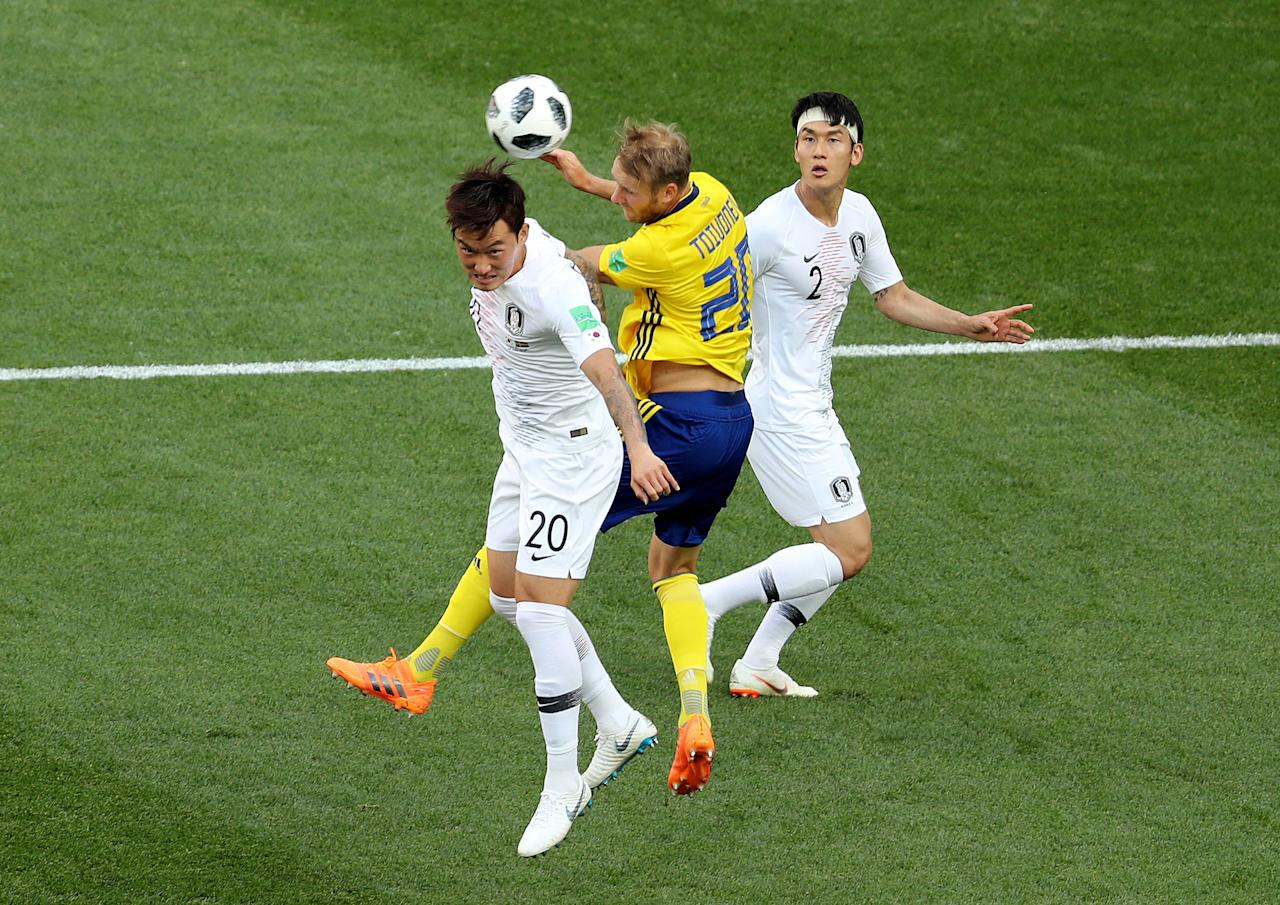 Soccer Football - World Cup - Group F - Sweden vs South Korea - Nizhny Novgorod Stadium, Nizhny Novgorod, Russia - June 18, 2018   Sweden's Ola Toivonen in action with South Korea's Lee Yong and Jang Hyun-soo      REUTERS/Lucy Nicholson