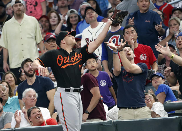 Baltimore Orioles first baseman Chris Davis (19) makes a catch in foul territory to retire Atlanta Braves' Tyler Flowers in the fourth Inning of a baseball game Friday, June 22, 2018, in Atlanta. (AP photo/John Bazemore)