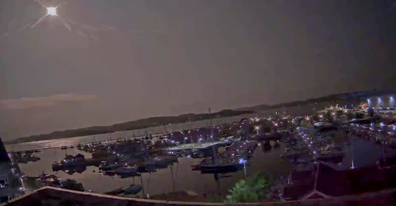 A meteor lights up the sky over Holmestrand