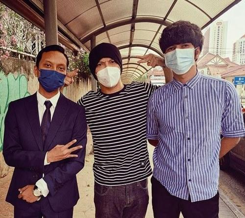 Namewee (middle) alongside Toh and the lawyer this morning