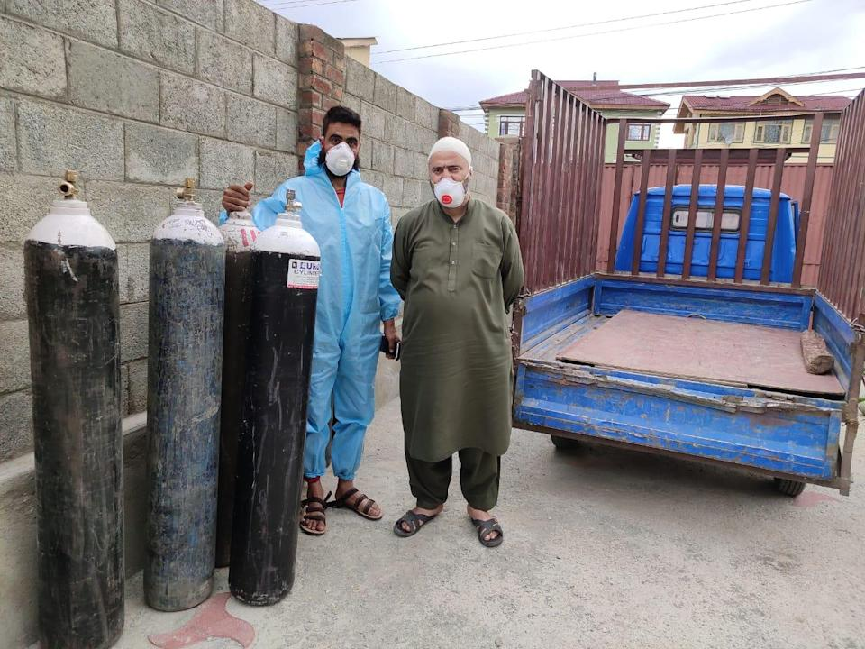 <p>Iqbal Jaan Zargar (right) with his helper Ansar Ahmad in Srinagar. The duo supply oxygen cylinders to needy families across the city for free</p> (Namita Singh)