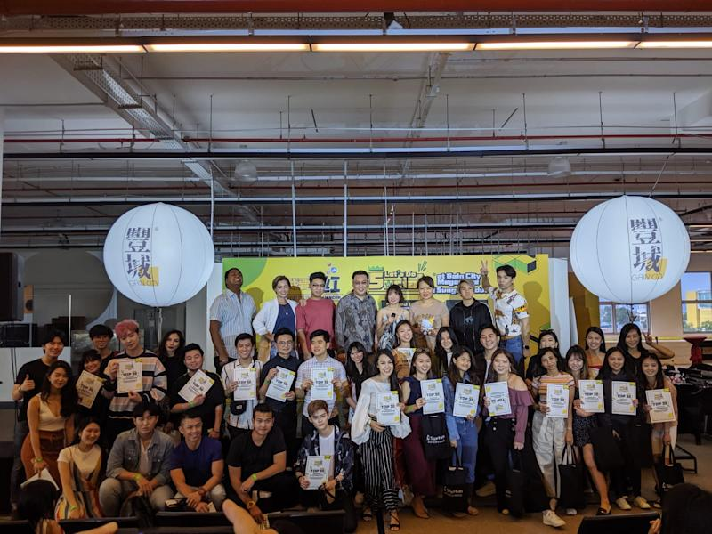 """The mentors of StarHub's """"I Can Be An Influencer"""" contest – Dee Kosh, Jianhao Tan, Kelly Latimer, and Kevin – with the top 30 semi-finalists on 6 October 2019 at Gain City, Sungei Kadut. (Photo: StarHub)"""