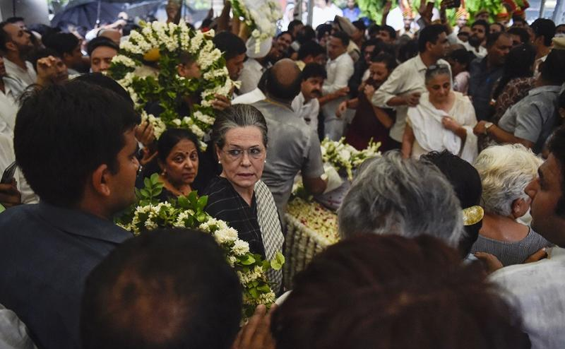 The 81-year-old Congress veteran was paid tributes by top Congress leaders, including UPA chairperson Sonia Gandhi and Priyanka Gandhi Vadra, who were also present at the funeral. PTI
