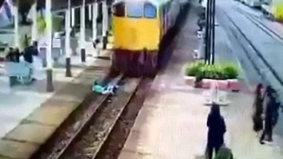 The moment the man jumps under the train. Source: CEN