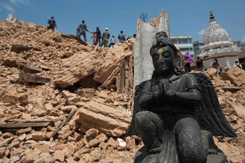 Nepalese civilians and police personnel clear rubble at the Narayan temple in Kathmandu, on May 2, 2015 (AFP Photo/Menahem Kahana)