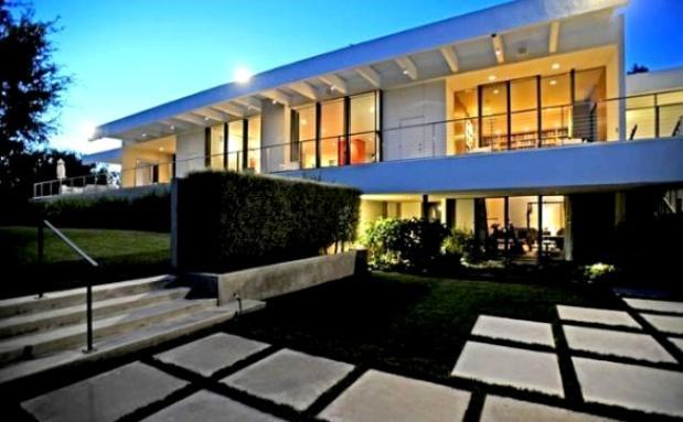 Homes of super-powerful celebrities Aniston exterior