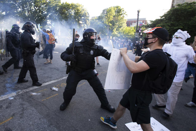 Police officers clash with protestors near the White House on Monday. (Jose Luis Magana/AFP via Getty Images)