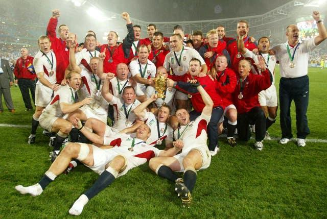 Leonard and his England team-mates with the Webb Ellis Trophy in 2003