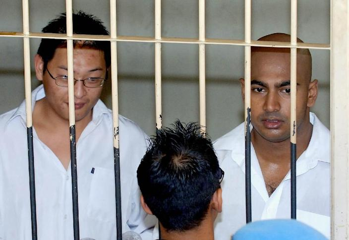 Australian drug traffickers Andrew Chan (left) and Myuran Sukumaran wait in a holding cell during their 2006 trial in Denpasar, Indonesia (AFP Photo/Jewel Samad)