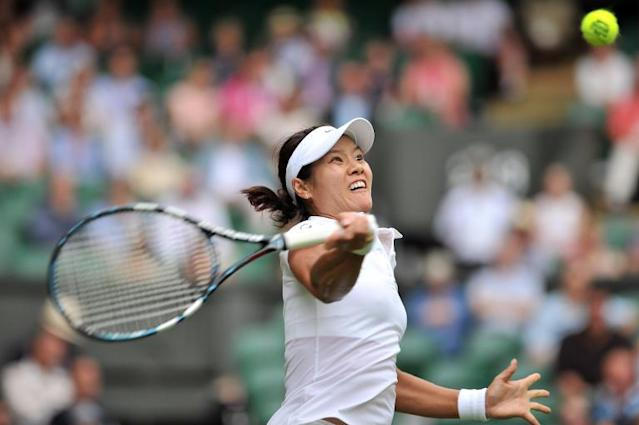 China's Li Na returns to Poland's Paula Kania during the women's singles first round match on day one of the 2014 Wimbledon Championships at The All England Tennis Club on June 23, 2014 (AFP Photo/Glyn Kirk)