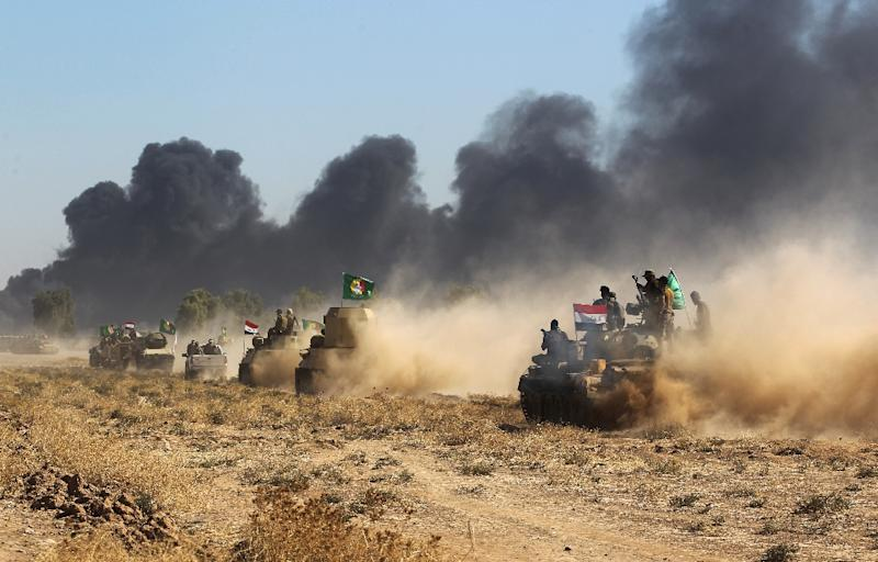 Iraqi forces and paramilitary fighters from the Hashed al-Shaabi advance towards the Islamic State group's stronghold of Hawija on October 4, 2017, during an operation to recapture the town from the jihadists (AFP Photo/Ahmad al-Rubaye)