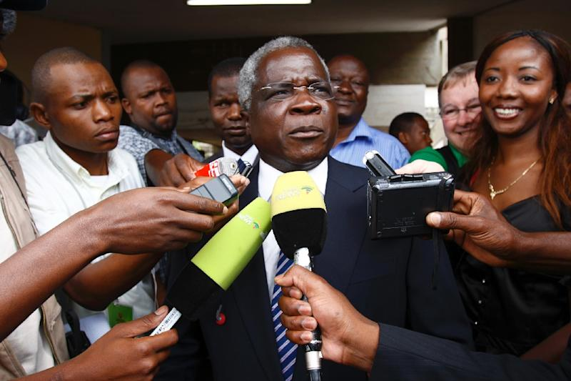 Mozambique's long-time opposition leader, Afonso Dhlakama (C) speaking to journalists after casting his ballot in Da Polana's secondary school polling station during the fourth Mozambican general elections in Maputo on October 28, 2009