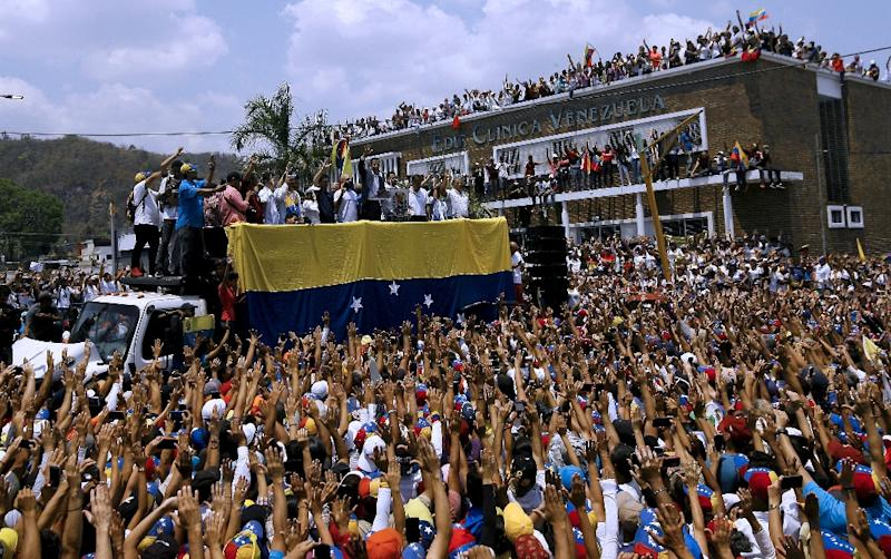 Venezuelan opposition leader and self-proclaimed interim president Juan Guaido (C) told supporters in Valencia that he plans a national mobilization to culiminate with a march on the presidential palace (AFP Photo/JUAN CARLOS HERNANDEZ)