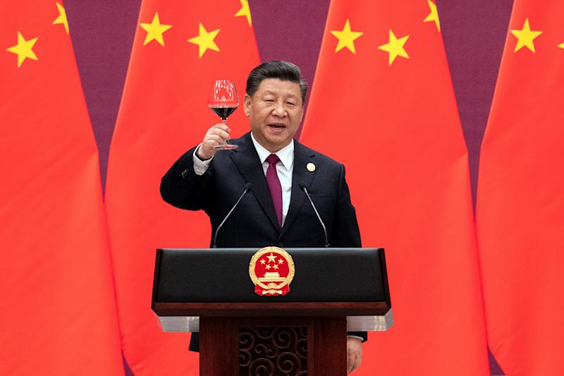 Chinese President Xi Jinping raises his glass and proposes a toast at the end of his speech during the welcome banquet, after the welcome ceremony of leaders attending the Belt and Road Forum at the Great Hall of the People in Beijing, China, April 26, 2019. Nicolas Asfour/Pool via REUTERS
