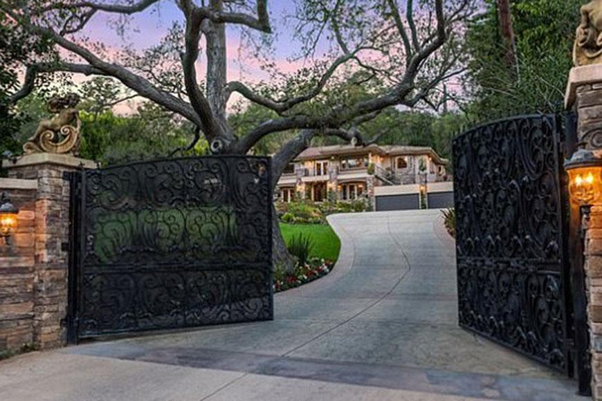 If you've ever watched an episode of 'Keeping Up With The Kardashians' then you'd be familiar with this mansion. The stunning Studio City home is on the market for a whopping $9m. But we can't help but think how different the inside looks to Kris Jenner's house now.