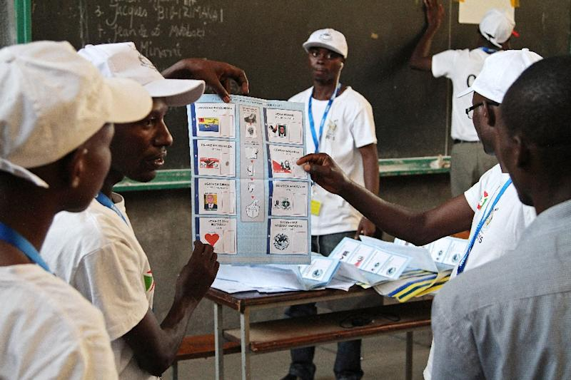 Members of Burundi's Independent National Electoral Commission count votes at a polling station at the University of Burundi in Bujumbura on July 21, 2015 (AFP Photo/Landry Nshimiye)