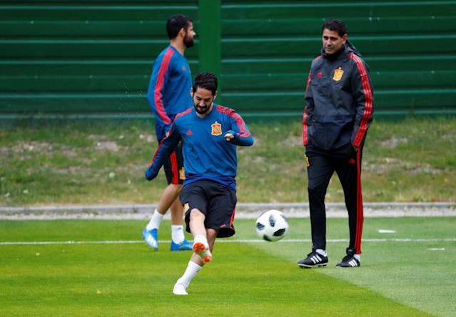 Soccer Football - World Cup - Spain Training - Spain Training Camp, Kaliningrad, Russia - June 24, 2018 Spain's Isco and coach Fernando Hierro during training REUTERS/Fabrizio Bensch