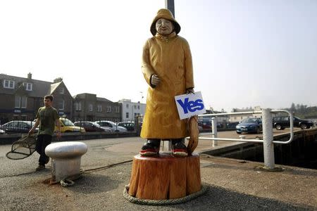 "A ""Yes"" placard is attached to a sculpture in Stornoway on the Isle of Lewis in the Outer Hebrides September 13, 2014. REUTERS/Cathal McNaughton"