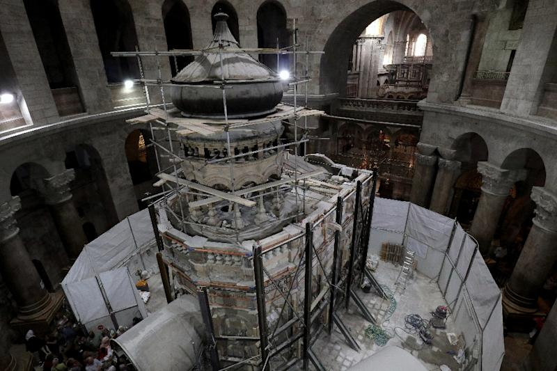 Greek preservation experts work to strengthen the Edicule surrounding the Tomb of Jesus, where his body is believed to have been laid, as part of conservation work done by the Greek team in Jerusalem on late on October 28, 2016 (AFP Photo/Gali Tibbon)