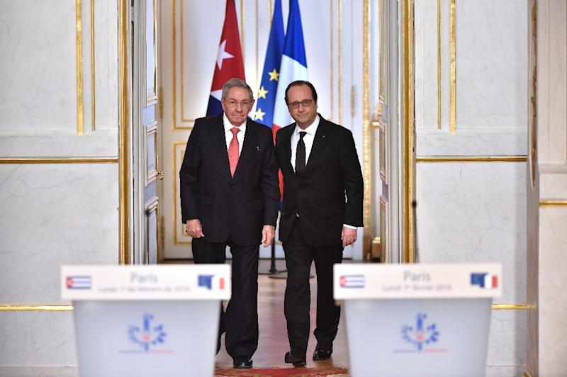 French President Francois Hollande (R) and Cuban President Raul Castro hold a press conference after their meeting on February 1, 2016 at the Elysee Presidential Palace in Paris (AFP Photo/Alain Jocard)