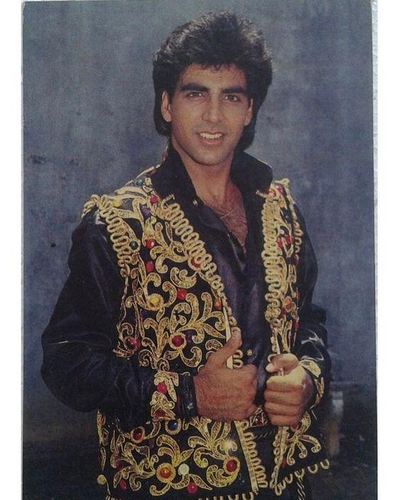 <p>Oh my freaking god… Isn't this the good ole Khiladi Kumar? Ughh… someone hand been a pair of shades, that blouse he is wearing is hurting me eyes. I am so motivated to tweet this pic to Mrs Funnybones and see what she has to say about her husband's blingy shirt. Pretty sure her response will be hilarious. </p>