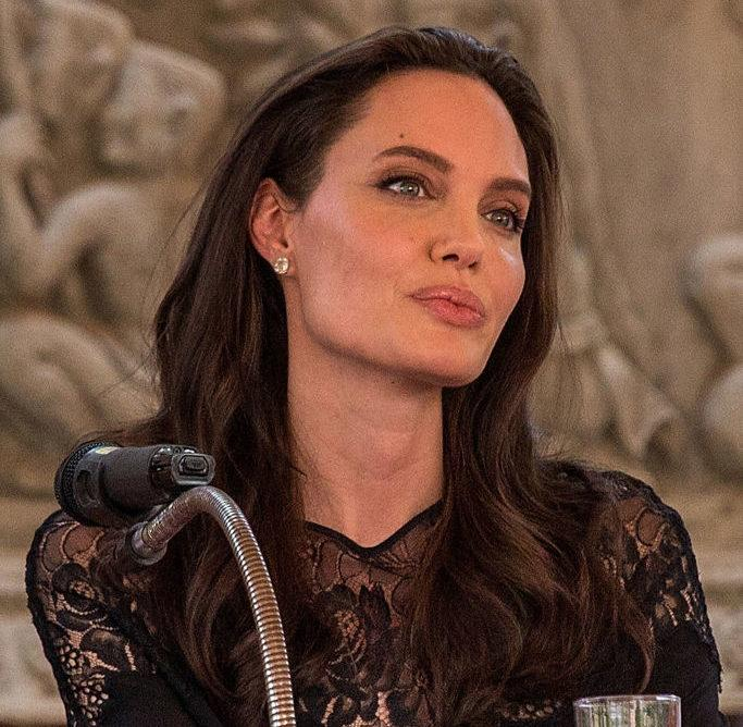 Angelina Jolie's new Everlane tote is the bag every fashion girl is going to ~need~ this spring