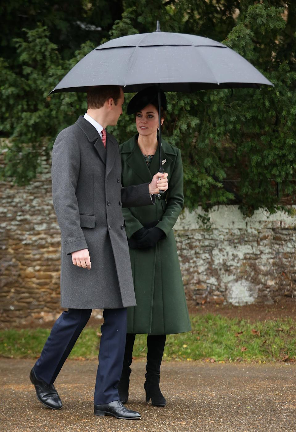 Prince William and Kate Middleton held an umbrella over themselves to greet fans in 2015. Photo: Getty Images