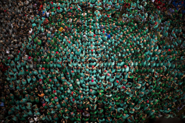 """<p>Members of the """"Castellers de Villafranca"""" get into position to form their human tower during the 26th Human Tower Competition in Tarragona, Spain, Oct. 2, 2016. (AP Photo/Emilio Morenatti)</p>"""