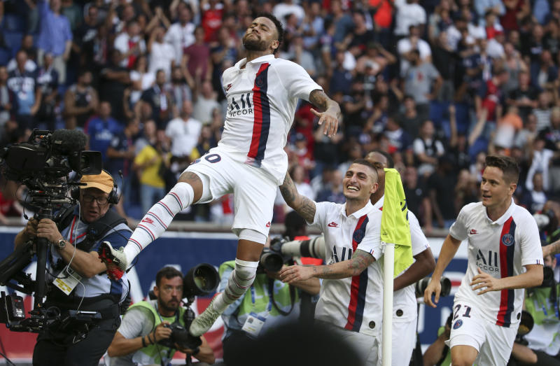 PARIS, FRANCE - SEPTEMBER 14: Neymar Jr of PSG celebrates his winning goal with Marco Verratti, Ander Herrera during the French Ligue 1 match between Paris Saint-Germain (PSG) and RC Strasbourg at Parc des Princes stadium on September 14, 2019 in Paris, France. (Photo by Jean Catuffe/Getty Images)