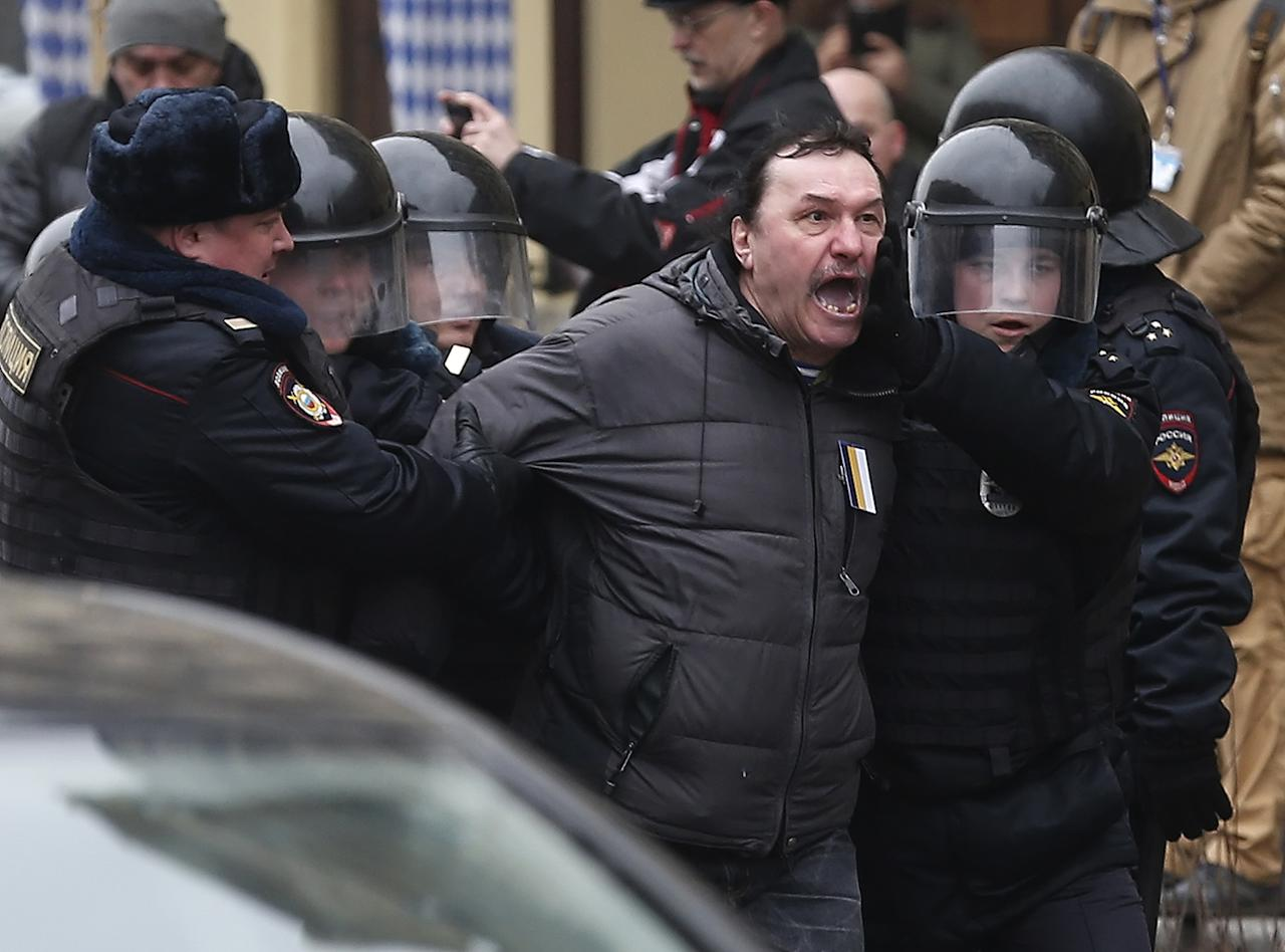 <p>Russian police detain a man in central Moscow, April 2, 2017. Russian opposition forces marched to Red Square after an unauthorized opposition rally on March 26, 2017, at which thousands were arrested while calling for the resignation of Russian Prime Minister Dmitry Medvedev over corruption allegations. (Photo: Sergei Ilnitsky/EPA) </p>