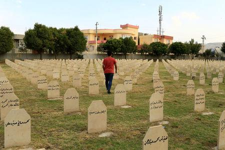 An Iraqi Kurdish resident visits the cemetery for victims of the 1988 chemical attack in the Kurdish town of Halabja, Iraq September 22, 2017. Picture taken September 22, 2017. REUTERS/Thaier Al-Sudani