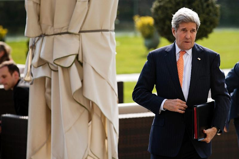 US Secretary of State John Kerry walks back into the hotel after a morning meeting with Iran's Foreign Minister in Lausanne on March 19, 2015 (AFP Photo/Brian Snyder)