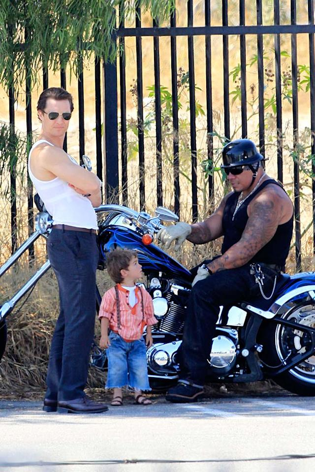 """Vida's older brother Levi, 2, is a bit bigger. The denim-clad cutie stood on his own two feet, and even made a friend during his pop's workday. Johnstone/Beef/<a href=""""http://www.splashnewsonline.com"""" target=""""new"""">Splash News</a> - August 17, 2010"""