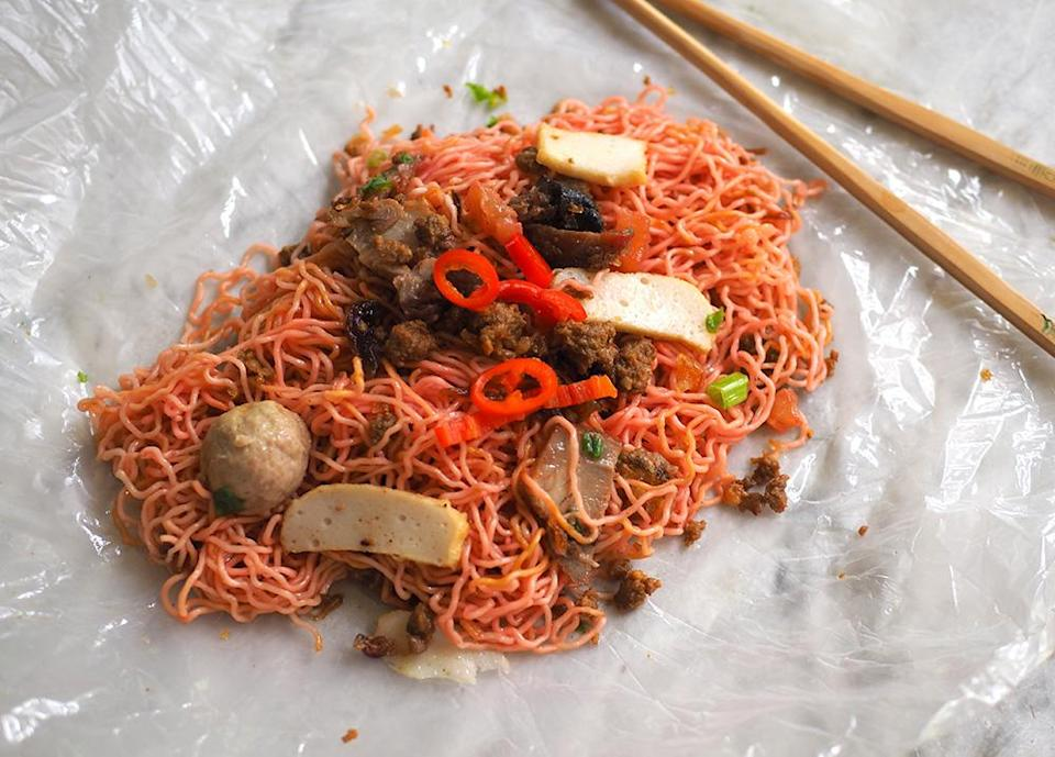 As it is mixed with a sweet-tasting 'char siu' sauce, the red 'kolo mee' has pink coloured strands that makes it an eye catching item.