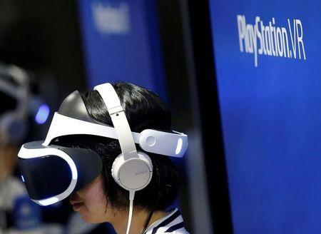 A woman uses Sony's PlayStation VR headset at Tokyo Game Show 2016 in Chiba, east of Tokyo, Japan, September 15, 2016. REUTERS/Kim Kyung-Hoon