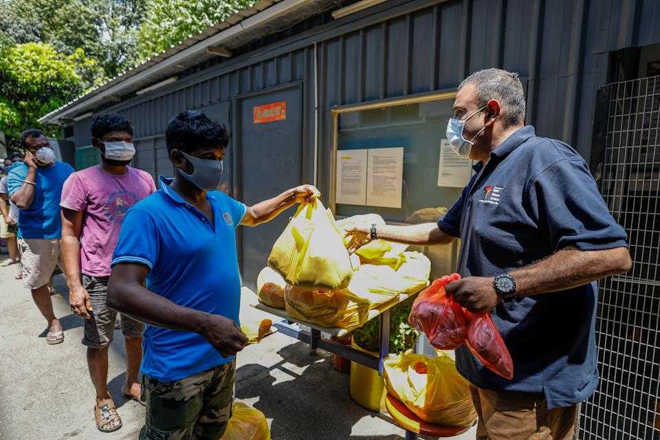 Alliance of Guest Workers Organistion, a Non-Government Organistation, distributing meals and essential items to foreign workers. (PHOTO: Ministry of Manpower)
