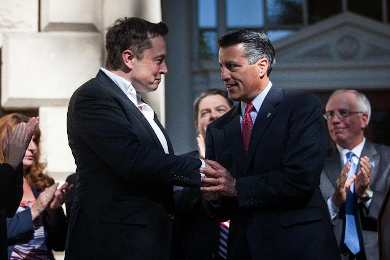 Elon Musk, CEO of Tesla Motors, is introduced by Governor Brian Sandoval of Nevada during a press conference at the Nevada State Capitol, September 4, 2014 in Carson City, Nevada (AFP Photo/Max Whittaker)
