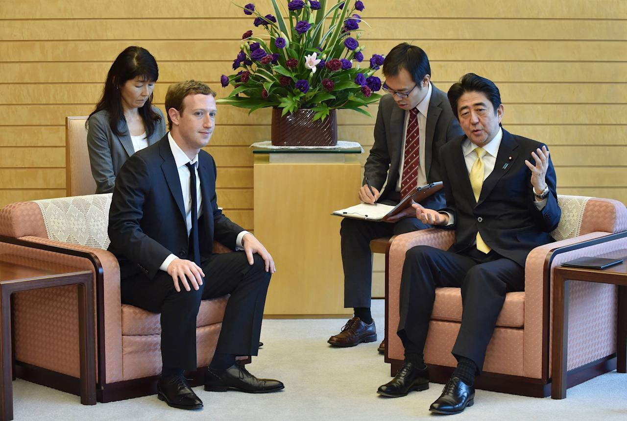 Mark Zuckerberg (2nd L), founder and CEO of Facebook, meets with Japan's Prime Minister Shinzo Abe (R) at Abe's official residence in Tokyo October 20, 2014.  REUTERS/Kazuhiro Nogi/Pool (JAPAN - Tags: BUSINESS POLITICS)