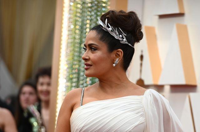 Salma Hayek stood out with a Boucheron Feuilles de Laurier Question Mark necklace, which she wore as a hair jewel. The white gold piece was studded with diamonds and set with mother-of-pearl and cultured pearls